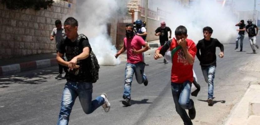 الاحتلال الإسرائيلي يصيب عشرات الفلسطينيين بالاختناق خلال مداهمته لقرية غرب جنين