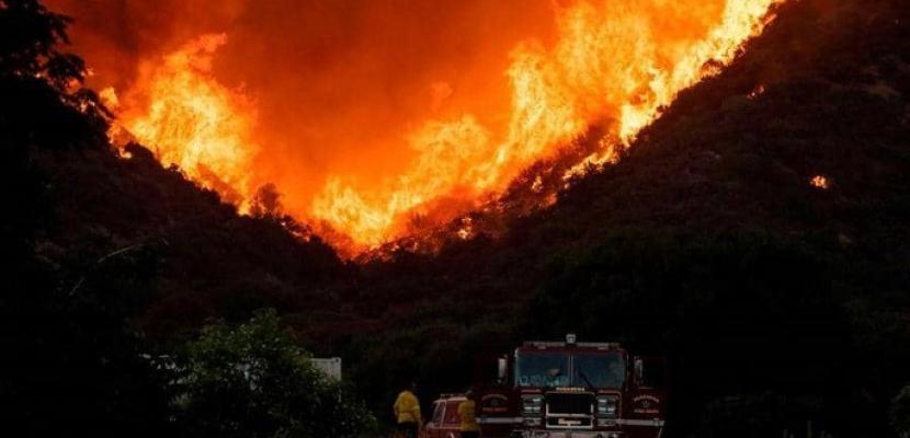 صحيفة أمريكية : حرائق الغابات بكاليفورنيا تجبر الآلاف على ترك منازلهم