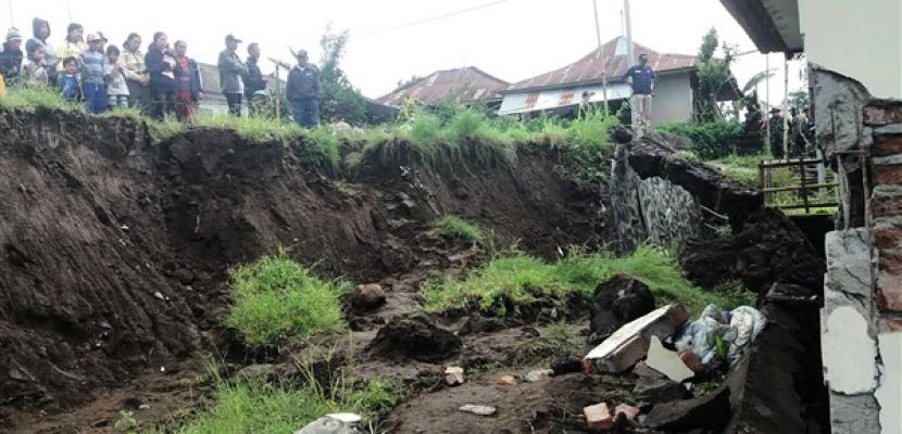 دفن حافلة على متنها 15 شخصا في انهيار أرضي في باكستان