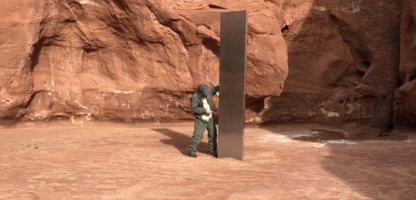 بالصور.. اكتشاف هيكل معدني غامض في صحراء يوتا يثير ضجة واسعة