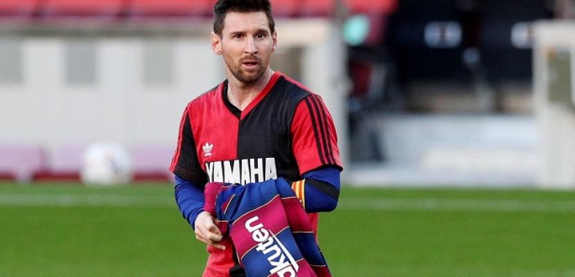 اتحاد الكرة الإسباني يغرم ميسي بسبب إظهار قميص مارادونا