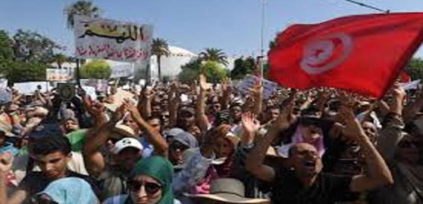 الصراع على السلطة في تونس يهدد باندلاع احتجاجات في الشارع