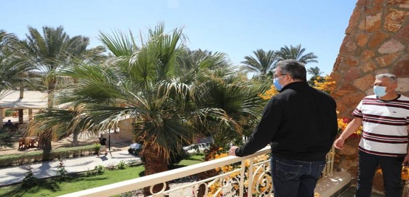 بالصور .. العناني يتفقد فنادق مرسى علم ويلتقي بالمستثمرين والسياح