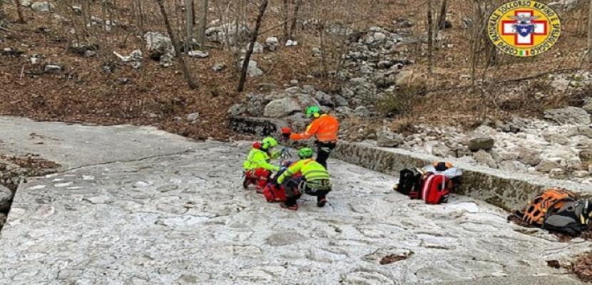 كلب يساعد صاحبه على البقاء حياً بعد إصابته فى جبال الألب !!