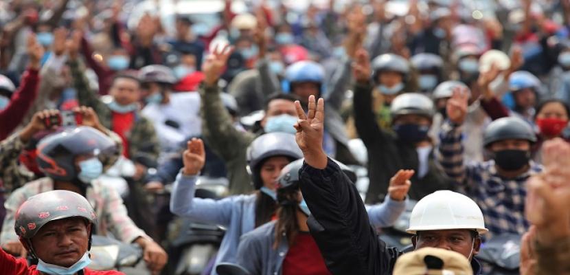 تواصل المظاهرات في ميانمار و137 منظمة تدعو لحظر الأسلحة عن الجيش والفيس بوك يحجب حساب الجيش