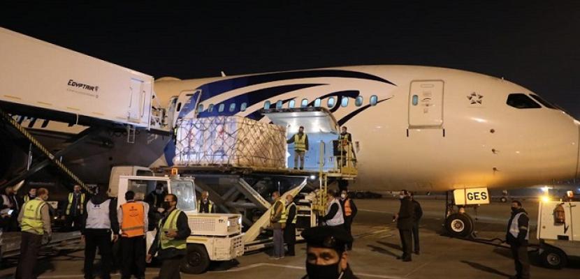 بالفيديو والصور .. وصول شحنة جديدة من لقاح فيروس كورونا الصينى إلى مطار القاهرة
