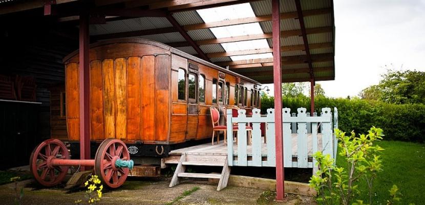 بالصور.. تحويل عربة سكة حديد بخارية من القرن الـ19 إلى غرفة فندقية ببريطانيا