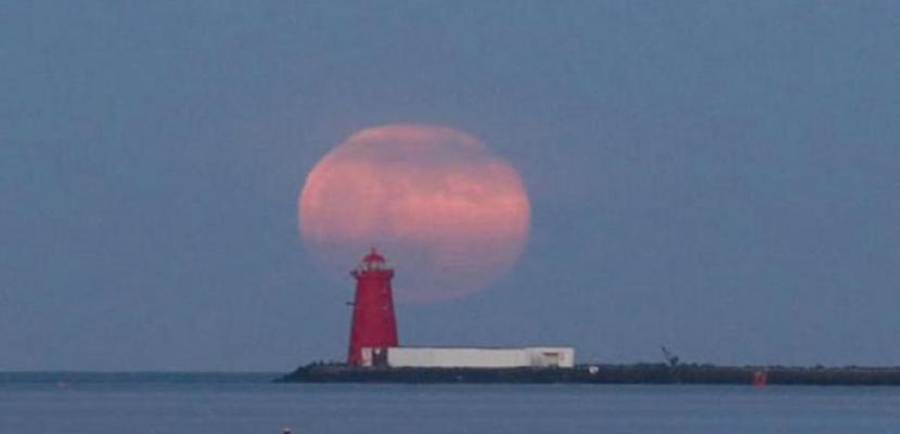 قمر وردي عملاق يضيء سماء بريطانيا