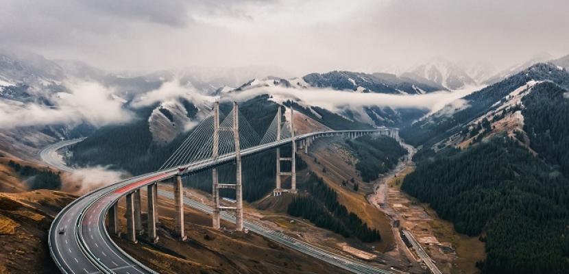 جسر معلق فى الصين يمزج بين عظمة البناء وسحر الطبيعة الجبلية الخلابة