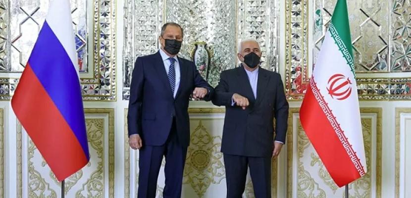 خلال لقائه ظريف.. لافروف: ندعو لرفع كافة العقوبات عن إيران وندين أي عمل يعيق مباحثات فيينا