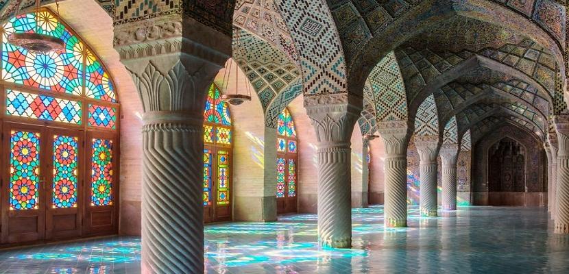ابداع الألوان وعبقرية الزخرفة في بيوت الرحمن