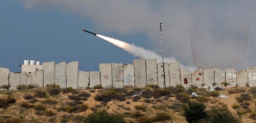 مقتل إسرائيلي وإصابة آخرين إثر سقوط صواريخ بمحيط تل أبيب