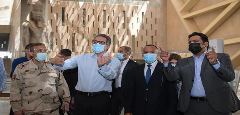 بالصور.. وزير السياحة والآثار يتفقد اللمسات النهائية للعرض المتحفي بالمتحف المصري الكبير