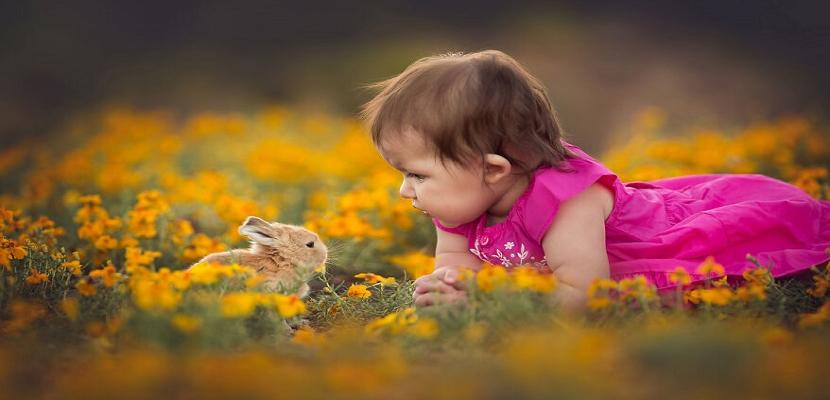 الأطفال والحيوانات .. علاقة ودية مذهلة