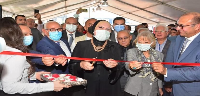 """بالصور.. وزيرا التجارة والمالية ومحافظ بورسعيد يفتتحون معرض """"صنع في بورسعيد"""""""