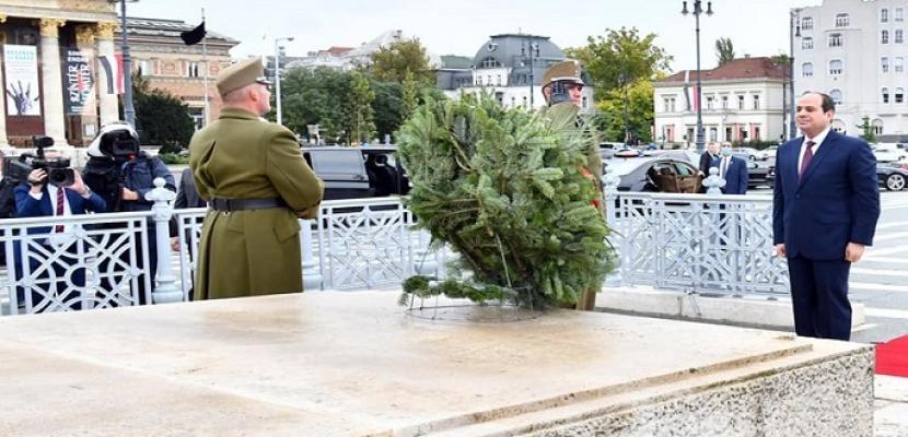 بالصور .. في ثالث أيام زيارته للمجر .. الرئيس السيسي يضع أكليل الزهور على النصب التذكارى ببوداسبت