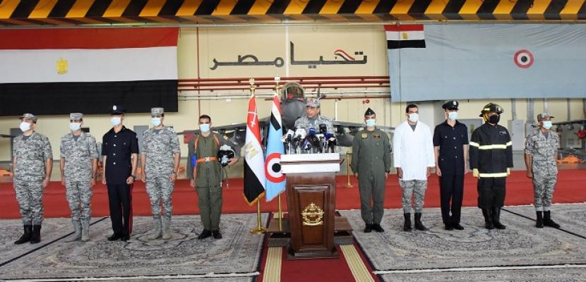 بالصور والفيديو .. القوات الجوية تحتفل بعيدها التاسع والثمانين.. وتنفذ عددًا من العروض الجوية في سماء مصر