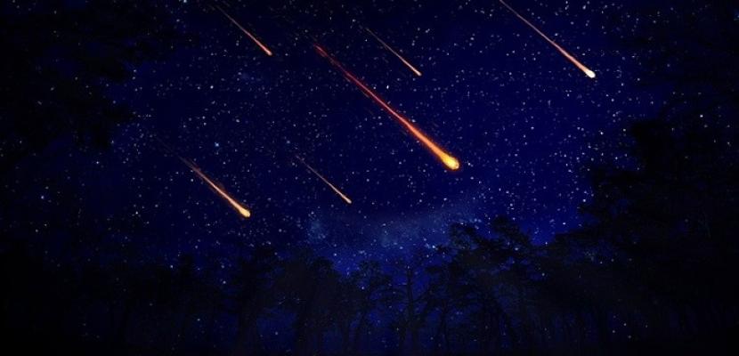 """اليوم.. زخة """"شهب التنين"""" تزين السماء ويمكن رؤيتها بالعين المجردة"""